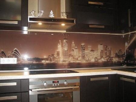 Стеклянный фартук на кухне