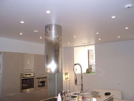 натяжной потолок на кухне пример