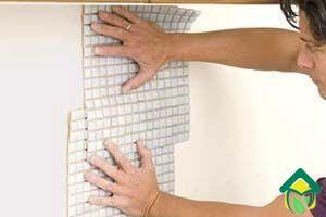 Рука укладка мозаики на стену