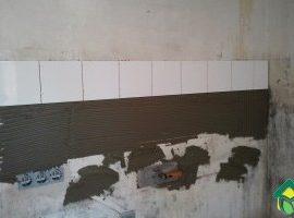 Укладка плитки на фартук сверху вниз — нестандартная укладка плитки на стену кухни