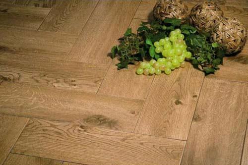 Плитка с фактурой дерева на кухне