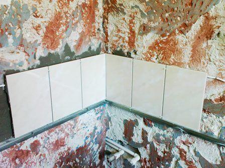 Фото укладки плитки на кухонный фартук - укладка плитки без выравнивания стен