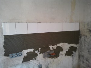Фото укладки плитки на кухонный фартук - Укладка плитки на фартук сверху вниз