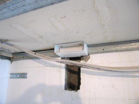 Как крепить направляющий профиль подвесного потолка кухни