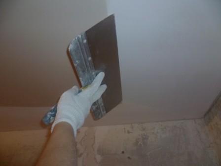 шпаклевка-потолка-кухни-работа-шпателем