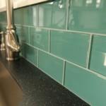 Стеклянная плитка на кухне: примеры стеклянного кухонного фартука
