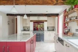 Дизайн кухни с островом — красивая кухня с малиновым островом