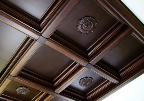 derevyannye-paneli-dlya-podvesnogo-potolka-600x428