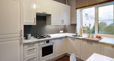 мойка кухни у окна