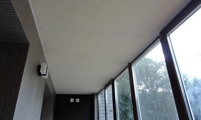 о натяжном потолке на балконе