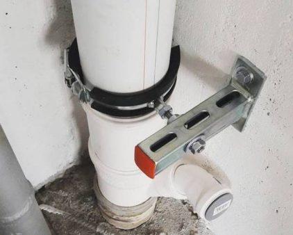 крепление канализации к стене