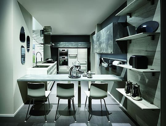 стол разделяет кухню