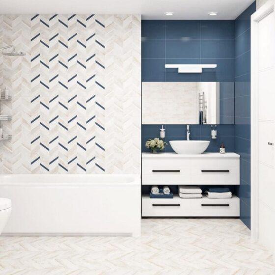Современная маленькая ванная комната с ванной
