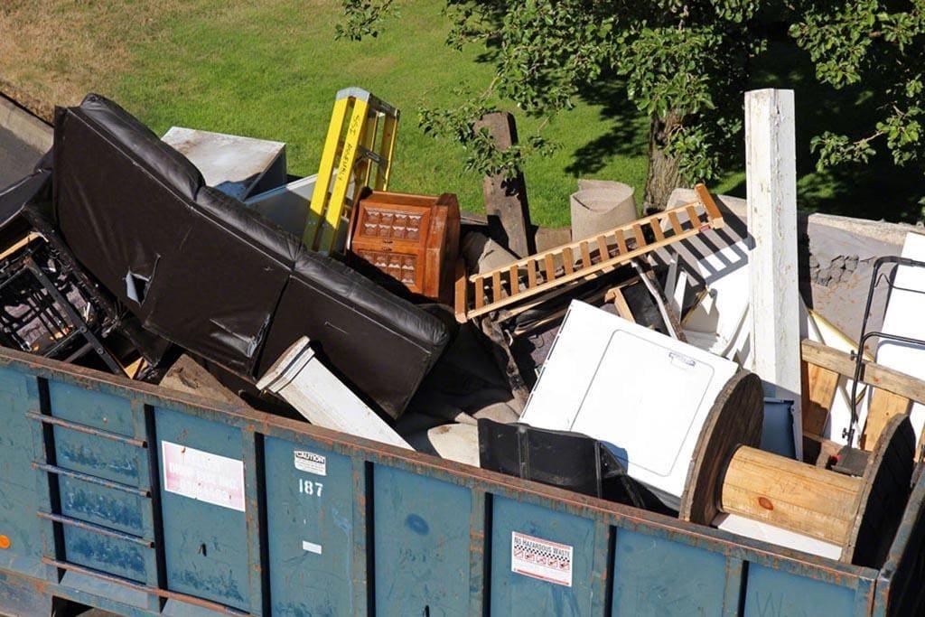 Крупный мусор в конейнере